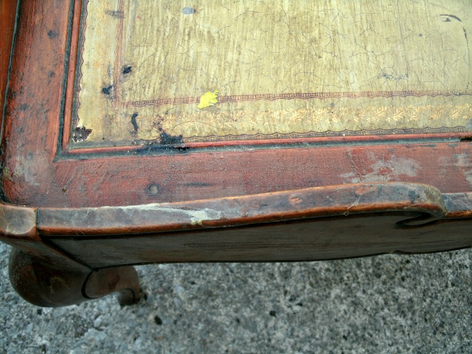 close up of the amount of dirt and damage at the corner of table